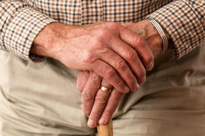 POZOR: Podvody zamerané na seniorov
