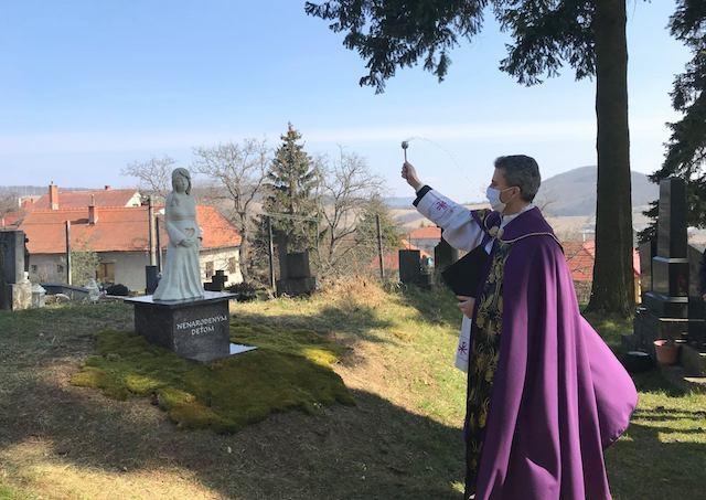 V Skýcove požehnali Pamätník nenarodeným deťom