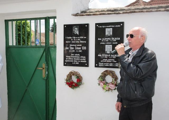 V Pezinku-Cajle odhalili pamätnú tabuľu miestnym rodákom, kňazom, saleziánom