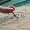 Svetlo nádeje: Proti samote bojuje obrázkami z farebného piesku