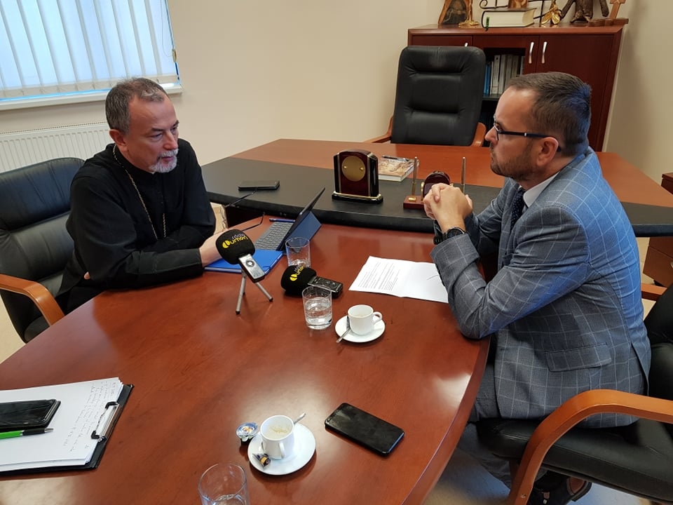 S vladykom Cyrilom sa rozprával aj Radovan Pavlík, riaditeľ PRE LUMEN, n.o. (vpravo)
