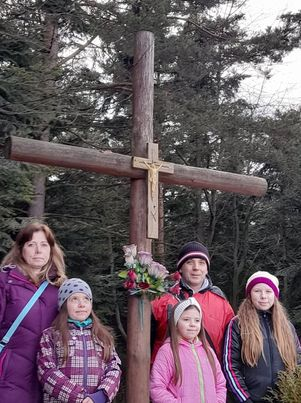 Rodina poslucháčky Renáty pri kríži